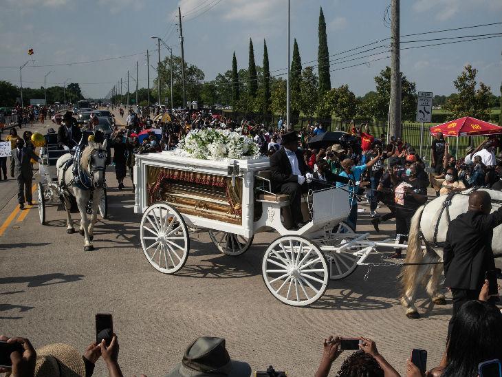 जॉर्ज फ्लॉयड के शव को बग्घी से ह्यूस्टन के मेमोरियल गार्डेन कब्रगाह में दफनाने के लिए ले जाया गया। इस दौरान रास्ते पर बड़ी संख्या में भीड़ जुटी।