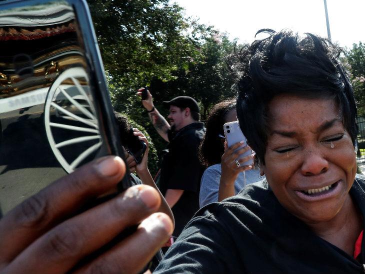 यह फोटो अमेरिका के ह्यूस्टन शहर की है। यहां फ्लॉयड को दफनाने के लिए ले जाने के दौरान एक महिला ताबूत की फोटो खींचते हुए रो पड़ी।