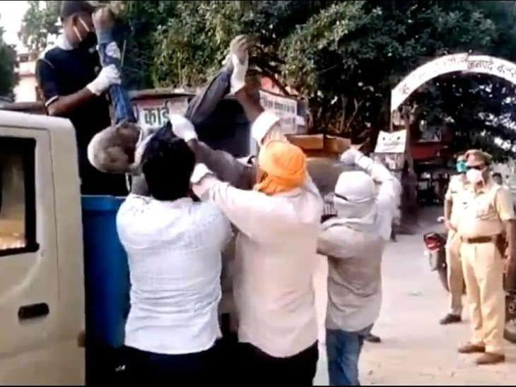 कर्मचारियों ने शव को गाड़ी पर सामान की तरह लाद दिया। पुलिस खड़ी देखती रही।