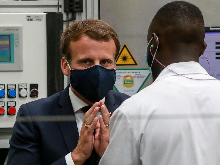 यह तस्वीर फ्रांस के एक फैक्ट्री की है, जहां मास्क पहने फ्रांस के राष्ट्रपति इमैनुएल मैक्रों एक कर्मचारी से बात कर रहे हैं। देश में अब मामले कम हो रहे हैं।
