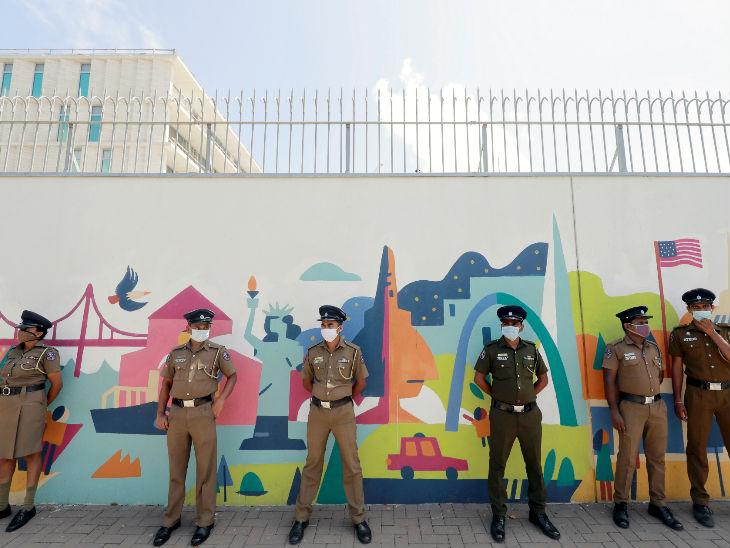 यह फोटो श्रीलंका की राजधानी कोलंबो स्थित अमेरिकी दूतावास की है। अश्वेत जॉर्ज फ्लॉयड की मौत के विरोध में कोलंबो में प्रदर्शन होने की आशंका है, इसलिए यहां मास्क लगाकर पुलिस तैनात की गई है।