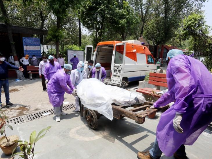 यह फोटो दिल्ली के निगम बोध घाट की है। अंतिम संस्कार के लिए लाए गए शव को ट्रॉली पर रखकर ले जाया गया।