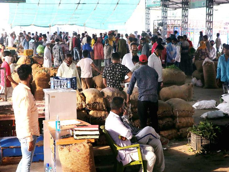 भोपाल में 75 दिन बाद गुरुवार को सब्जियों का थोक मार्केट खोला गया। यहां सुबह से लोगों की काफी भीड़ देखी गई।