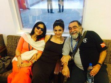 रवीना टंडन प्रहलाद कक्कड़ और उनकी पत्नी मिताली के साथ। फोटो 2014 के द इंटरनेशनल फिल्म फेस्टिवल ऑफ इंडिया में एक चाइनीज फिल्म की स्क्रीनिंग के वक्त क्लिक की गई थी।
