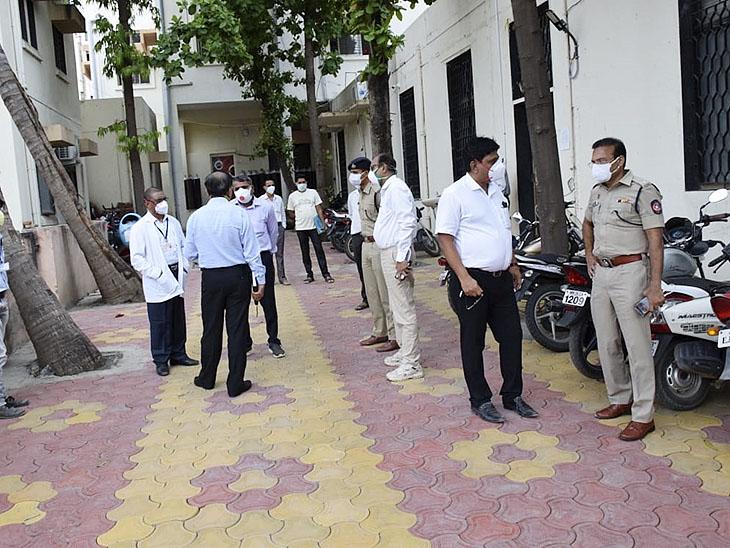 बाथरूम में बॉडी मिलने के बाद पुलिस और अधिकारियों का जमावड़ा लग गया था। मीडिया भी इकट्ठा हो गई थी।