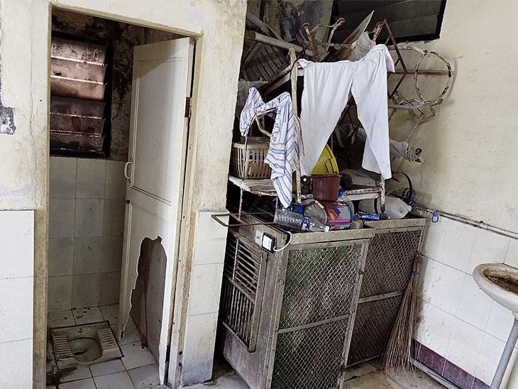 सिविल हॉस्पिटल की यही वो बाथरूम है, जहां मालती नेहटे 9 दिनों तक पड़ी रहीं और किसी को पता ही नहीं चला।