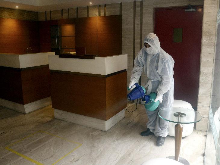 प. बंगाल में कोरोना संक्रमितों की संख्या 10 हजार के पार हो गई है। राजधानी कोलकाता में होटल खुल गए, लेकिन इन्हें बराबर सैनिटाइज किया जा रहा है। - Dainik Bhaskar