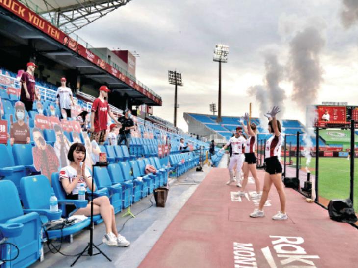 चाइनीज लीग में कटआउट और डमी के सामने चीयरलीडर्स ने डांस किया।