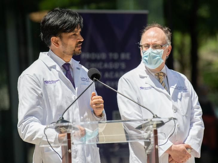 12 जून को शिकागो में हॉस्पिटल के बाहर मीडिया को इस सर्जरी के बारे में बताते डॉ. अंकित। 2019 में उन्होंने ही पहली बार रोबोट की मदद से लंग सर्जरी की थी।