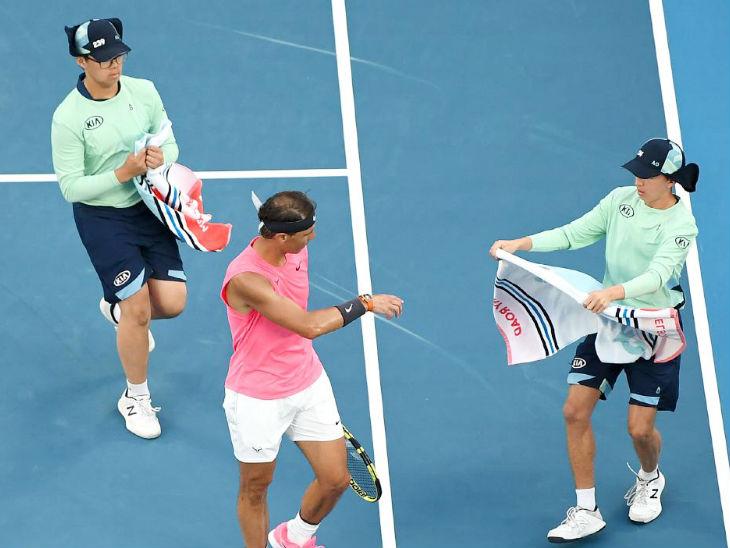 टेनिस में खिलाड़ी को मैच के दौरान टॉवेल समेत सभी सामान खुद ही लेने होंगे।