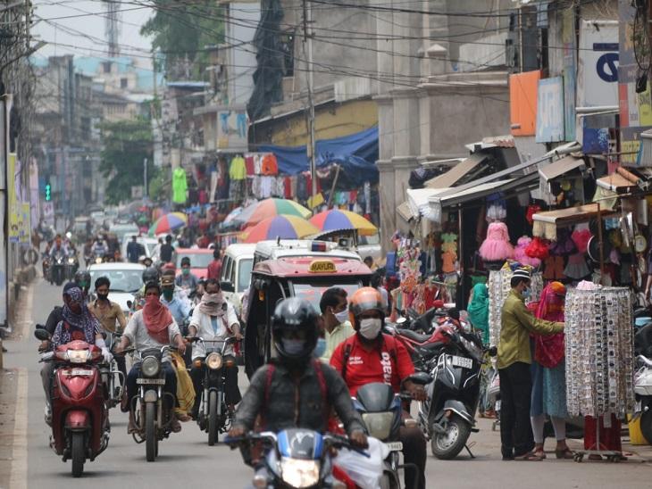 तस्वीर मालवीय रोड की है। यहां आम दिनों के मुकाबले भीड़ कम थी, मगर सोशल और फिजिकल डिस्टेंसिंग का अंदेखी करते लोगों को देखा गया।