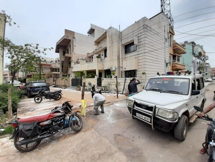 तस्वीर रायपुर के देवेंद्र नगर सेक्टर 5 इलाके की है। यहां कोरोना संक्रमित मिलने की वजह से इस इलाके को सील किया जा रहा है।