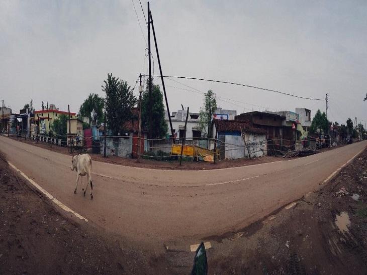 तस्वीर राजनांदगांव के मोतीपुर कंटेनमेंट जोन की है। यहां मेडिकल एमरजेंसी को छोड़ अन्य किसी भी कारण से लोगों को घर से बाहर नहीं निकलने दिया जा रहा है।