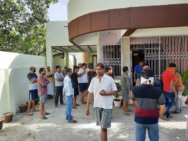 पटना के राजीव नगर रोड नंबर 6 स्थित सुशांत सिंह के घर के बाहर लोगों की भीड़ जुटी है।