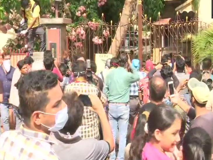 सुशांत की खुदकुशी की खबर उनके प्रशंसकों को पता चली तो वे उनके घर पहुंच गए। गेट के बाहर लोगों की भीड़ देखी गई।