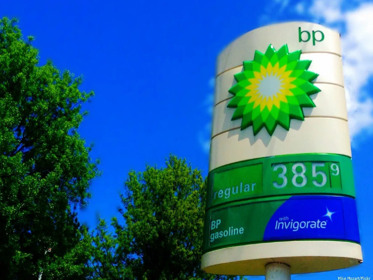 हाल में दुनियाभर में तेल की कीमत में भारी गिरावट देखे जाने के बाद पिछले सप्ताह ब्रिटिश पेट्र्रोलियम ने 10,000 कर्मचारियों को नौकरी से निकालने के फैसले की घोषणा की थी - Dainik Bhaskar