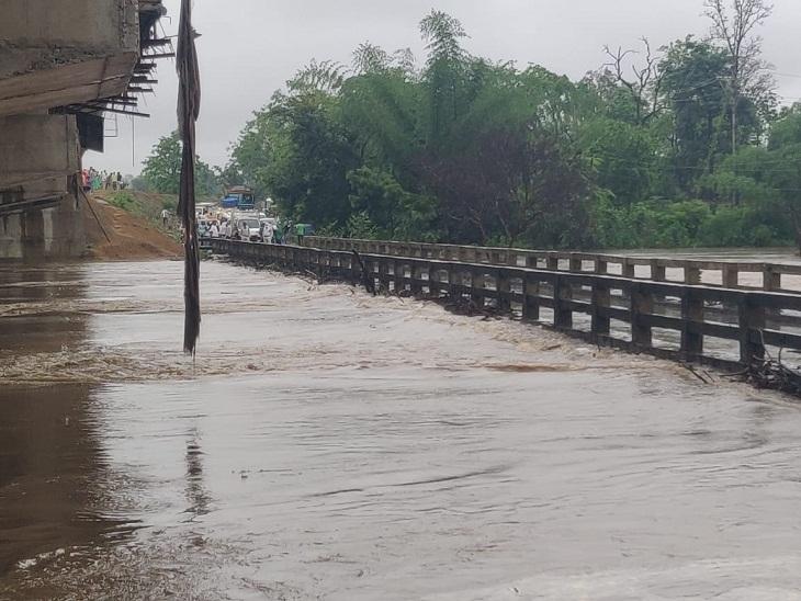 कोरिया जिले में मंगलवार को हसदेव नदी का पानी पुल पर आने के कारण एनएच-43 जाम हो गया है। करीब डेढ़ घंटे से वाहन फंसे हुए हैं।