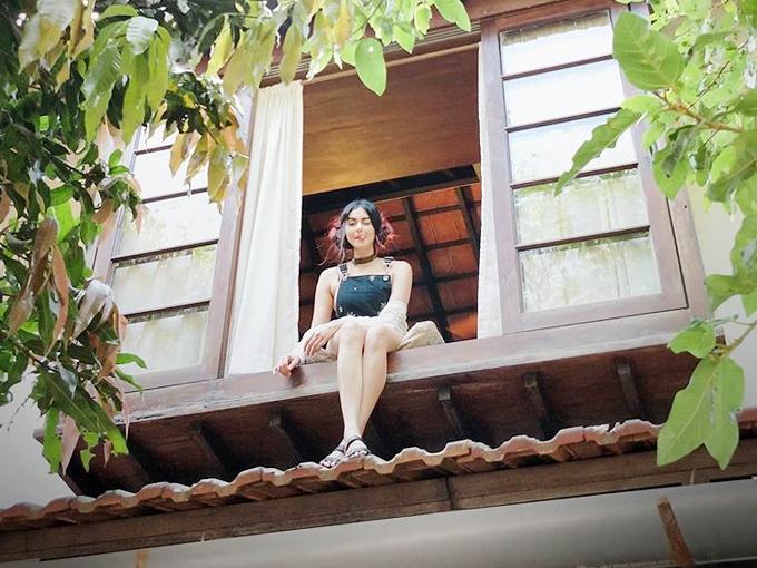 घर की खिड़की पर बैठी नजर आईं अदा शर्मा, बताया- अगर सभी दरवाजें बंद हो जाएं तो क्या करना चाहिए|बॉलीवुड,Bollywood - Dainik Bhaskar