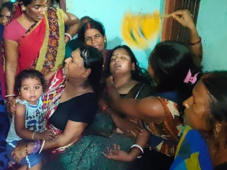 यह तस्वीर मंगलवार की है। जब परिजन को सुनील के शहादत की खबर मिली थी। इसके बाद रोती-बिलखती उनकी पत्नी और अन्य परिजन।