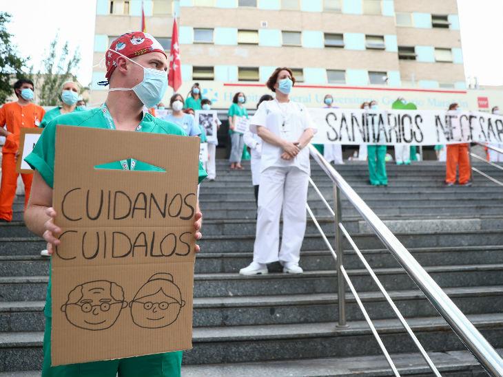 स्पेन में काम करने के बेहतर माहौल और अपनी सुरक्षा को लेकर प्रदर्शन करते स्वास्थ्यकर्मी।