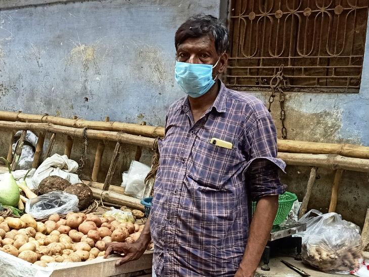 Varanasi Coronavirus Lockdown News Updates/Bunkar Weavers Stories   तंगहाली  ने दिखाए सबसे बुरे दिन: किसी ने बीवी के गहने बेचे तो किसी ने पावरलूम बेचकर  खोली टॉफी-बिस्किट ...