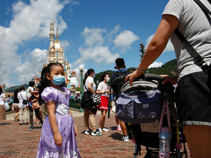 महामारी के चलते जनवरी में बंद हुए हॉन्गकॉन्ग के डिजनीलैंड को दोबारा खोला गया। यहां सीमित संख्या में लोगों को आने की अनुमति है।