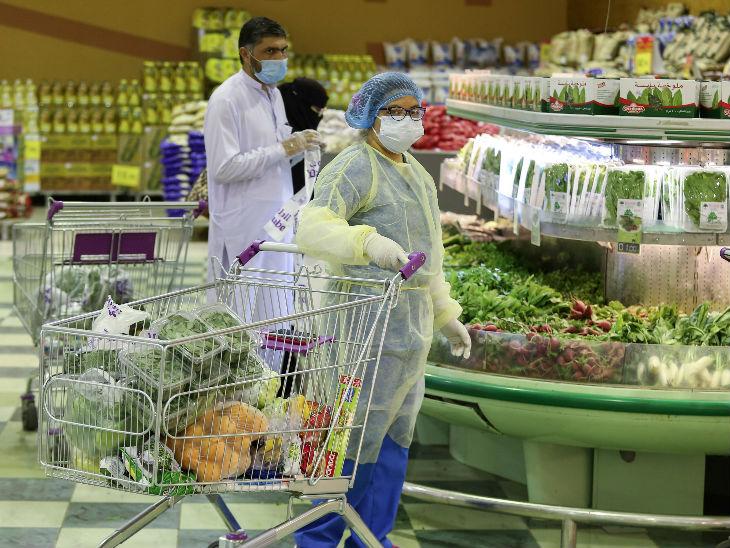 सऊदी अरब के एक सुपरमार्केट में महामारी से बचाव के लिए मास्क पहनकर खरीदारी करती महिला। देश में केस बढ़ने के बावजूद सरकार यहां प्रतिबंधों को हटा रही है।