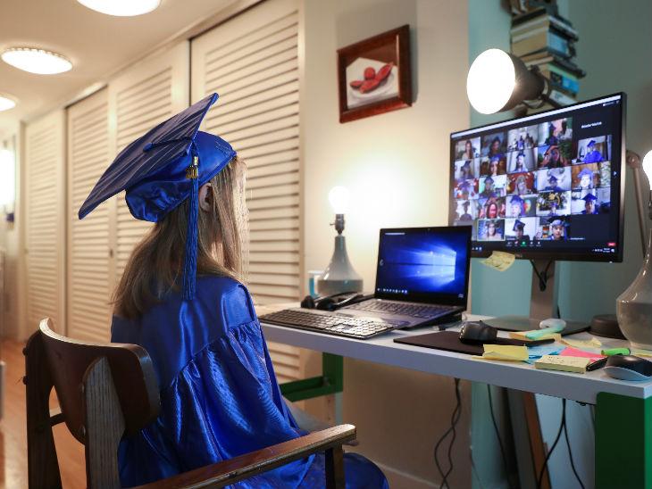 अमेरिका के न्यूयॉर्क शहर में महामारी के कारण ऑनलाइन ग्रेजुएशन सेनेमनी में भाग लेती छात्रा।