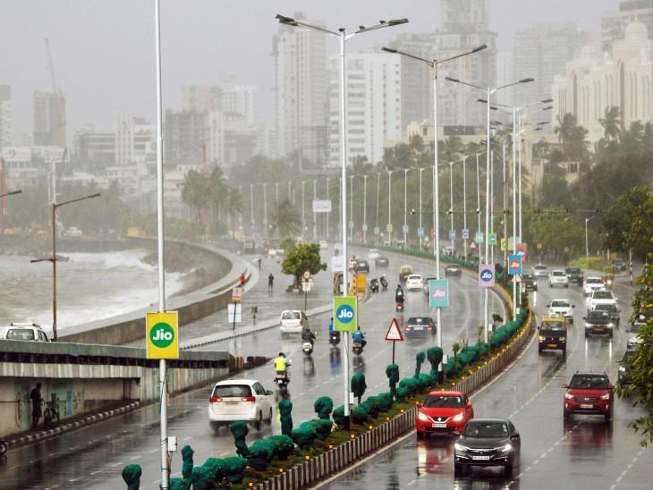 पटरी पर लौट मुंबई में अब धीरे-धीरे भीड़ नजर आ रही है। सड़कों पर भी गाड़ियों का काफिला देखने को मिल रहा है। यह तस्वीर मुंबई के मरीन ड्राइव रोड की है।
