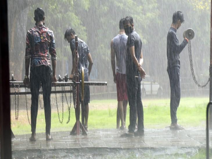 अनलॉक में मिली छूट के बाद बारिश में भीगकर एक्ससाइज करते कुछ युवक।