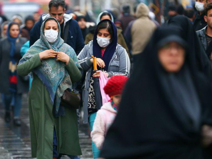 ईरान की राजधानी तेहरान के एक बाजार में मौजूद महिलाएं। ईरान में गुरुवार रात तक मरने वालों का आंकड़ा 9 हजार 392 हो गया। सरकार एक नई टास्क फोर्स बनाने जा रही है। (फाइल)