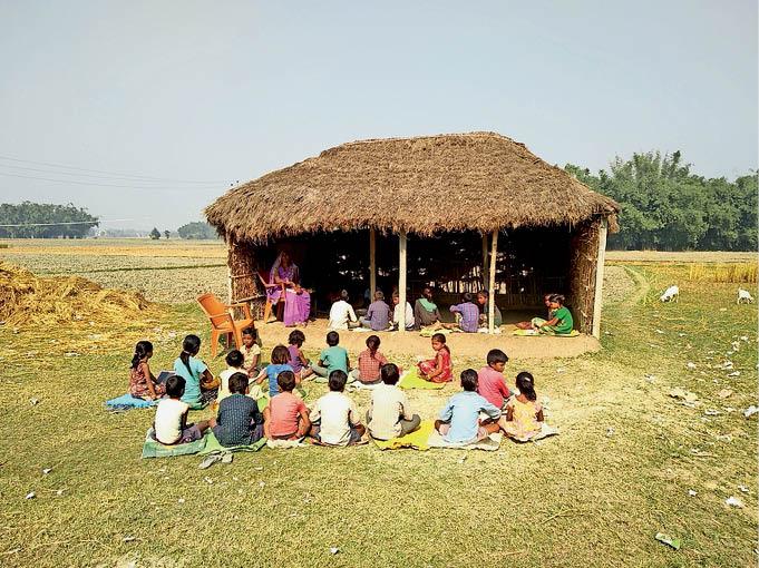 झोपड़ी में चलता कोसी दियारा क्षेत्र स्थित प्राथमिक विद्यालय रामपुरा।