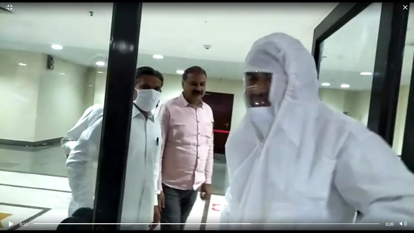 जयपुर में कांग्रेस के विधायक वाजिब अली ने पीपीई किट पहनकर वोट डाला।