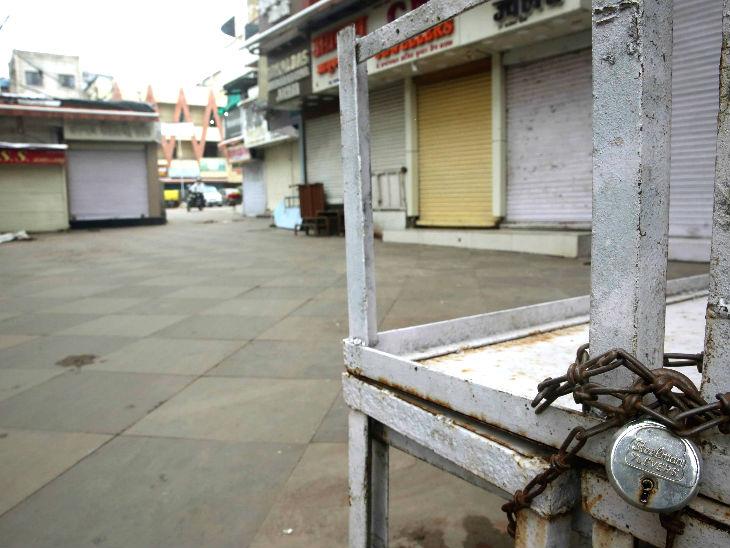 यह फोटो भोपाल के न्यू मार्केट की है। कोरोना के ज्यादा मामले सामने आने के बाद प्रशासन ने यहां शनिवार और रविवार को बाजार बंद करने का फैसला किया है।