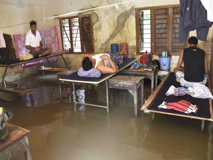 यह फोटो पटना के रबींद्र बालिका इंटर-कॉलेज की है। यहां सीआरपीएफ के संक्रमित जवानों के लिए क्वारैंटाइन सेंटर बनाया गया है। शुक्रवार को यहां भारी बारिश होने से पानी जमा हो गया।
