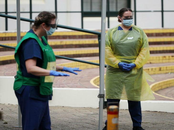 ऑस्ट्रेलिया के सिडनी स्थित बोंडी बीच पर लोगों की स्क्रीनिंग के लिए तैनात स्वास्थ्यकर्मी। यहां विक्टोरिया राज्य में शनिवार को पिछले दो महीने की तुलना में सबसे ज्यादा संक्रमित मिले।(फाइल फोटो)