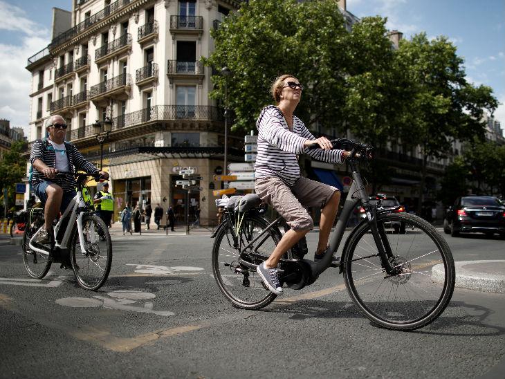 यह फोटो फ्रांस की है। यहां सरकार ने लॉकडाउन प्रतिबंधों में ढील दे दी है। इसके बाद लोग सड़कों पर साइकिल चलाते नजर आए।