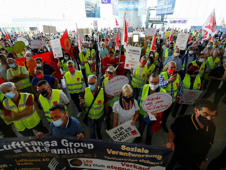 जर्मनी के फ्रैंकफर्ट में कोरोना की वजह से नौकरी में कटौती करने के खिलाफ शुक्रवार को एयरपोर्ट कर्मचारियों ने प्रदर्शन किया।