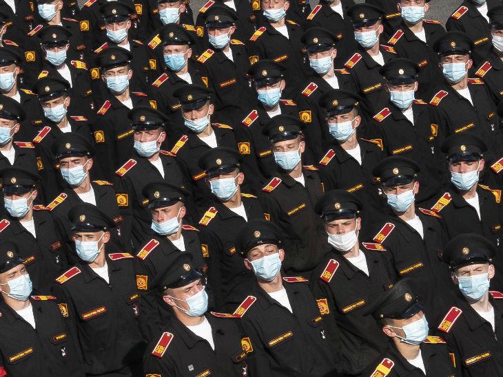 सेंट्स पिटसबर्ग में रूस के सैनिक मास्क पहनकर मिलिट्री परेड की रिहर्सल करते हुए। यहां पिछले 24 घंटे में बिना लक्षण वाले मामले बढ़े हैं।