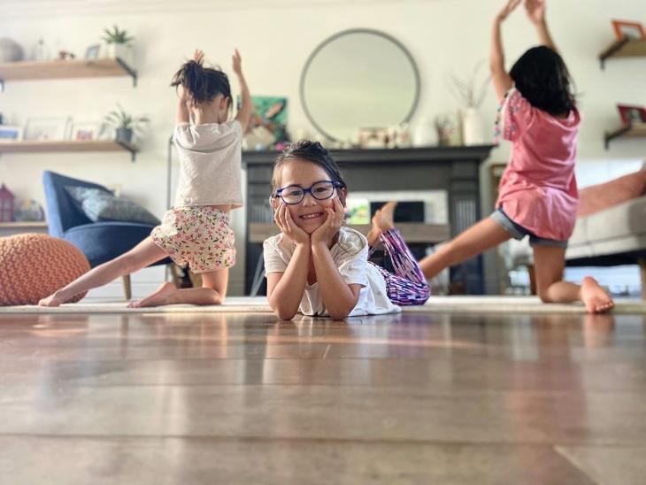 टोरंटो की योगा टीचर इवोन सुलिवन ने परिवार के बच्चों की योगा करते हुई फोटो शेयर की। लिखा: ये भविष्य के योगी हैं।