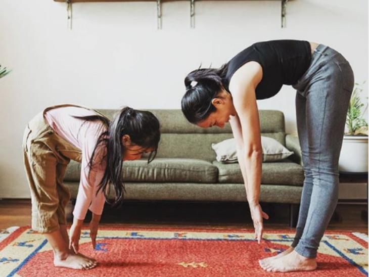 चाइल्ड योगा टीचर एमिली मेटजेज ने यह फोटो शेयर करते हुए योग के फायदे गिनाए। कहा - योग का अभ्यास करने से हमारी लिगामेंट्स और मांसपेशियां लंबी हो जाती हैं। इससे आने वाली फ्लैक्सिबिलिटी हमारी गति को बढ़ाती है और कई तरह के दर्द से राहत मिलती है।