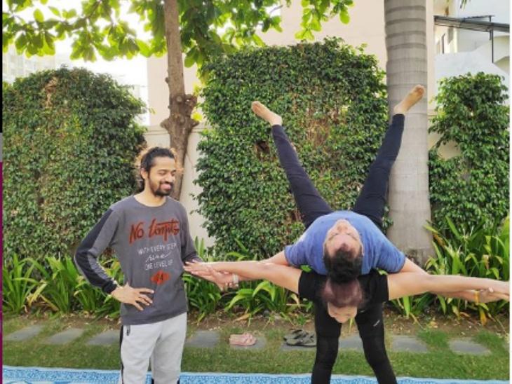 ट्रेनर पुष्कल चौबे द्वारा सोशल मीडिया पर शेयर की गई यह तस्वीर साफ बयां कर रही है कि योगा बॉडी किस हद तक बॉडी में फ्लैक्सिबिलिटी के साथ ही धैर्य को भी बढ़ता है।