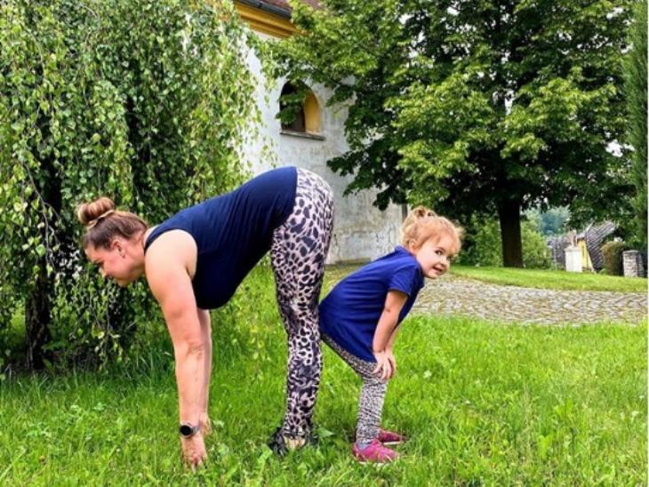 हरियाली के बीच अपनी बेटी के साथ सूर्य नमस्कार करती हुई चेक रिपब्लिक की एक योगा टीचर एडली। उन्होंने फोटो के साथ अपने इंस्टा अकाउंट Adlyyoga पर लिखा : सूर्य नमस्कार दिन शुरू करने, ऊर्जा प्राप्त का सबसे बेहतरीन उपाय है।