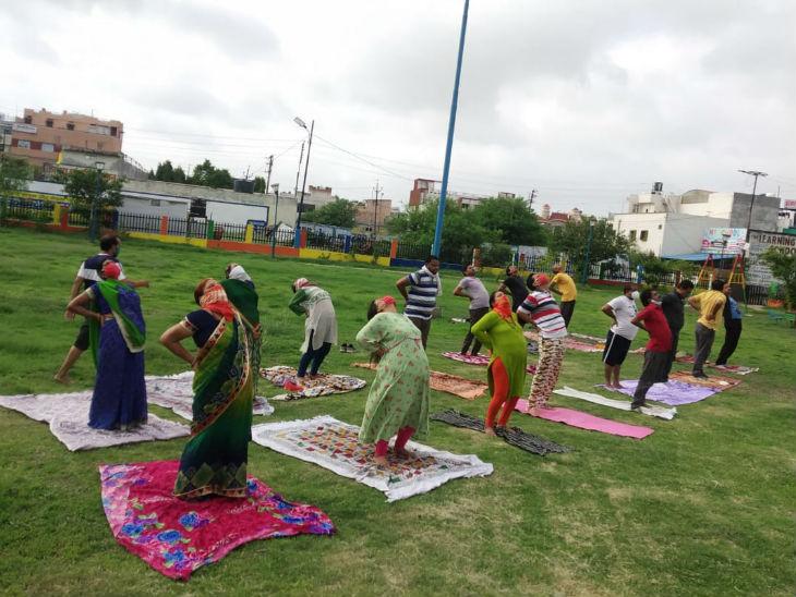 भोपाल में लोगों ने कॉलोनी के पार्क में योग कर विश्व योग दिवस के इस आयोजन में हिस्सा लिया।