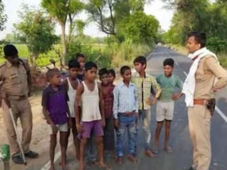 20 जवानों की शहादत से अलीगढ़ के बच्चों का खौला खून, चीन से लड़ने के लिए घरों से बाहर निकले, पुलिसकर्मियों ने वापस भेजा|उत्तरप्रदेश,Uttar Pradesh - Dainik Bhaskar