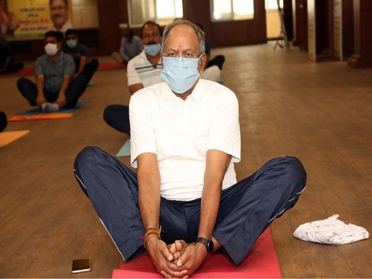 तस्वीर रायपुर के भाजपा कार्यालय की है। पूर्व मंत्री बृजमोहन मास्क लगाकर योग कर रहे हैं।