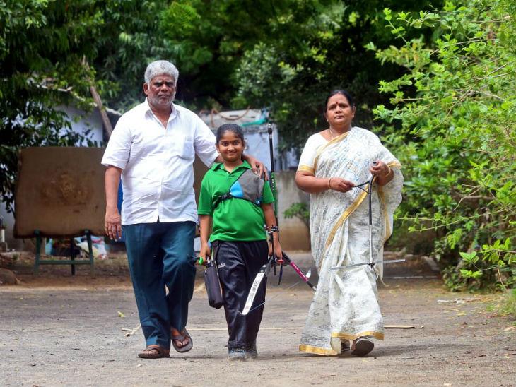 50 की उम्र में सरोगेसी से पिता बने सी. सत्यनारायण अपनी 8 साल के बेटी शिवानी को तैयार कर रहे हैं।
