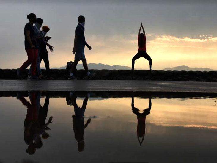 Youths do yoga on International Yoga Day | सुखना लेक के किनारे युवाओं ने योग किया; सोशल डिस्टेंसिंग का पालन किया, मास्क लगाकर आसन किए