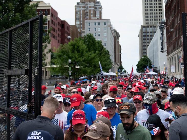 ट्रम्प की रैली में बड़ी संख्या में पहुंचे लोग मास्क नहीं पहने थे। सोशल डिस्टेंसिंग पूरी तरह से फेल दिखी।