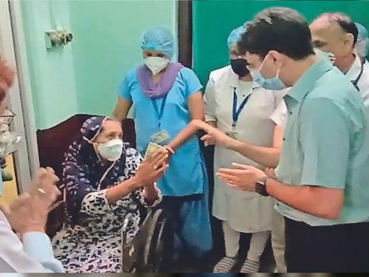 यह तस्वीर अलवर के कोविड अस्पताल की है। यहां एक बुजुर्ग महिला कमलेश (70 साल) को कलेक्टर इंद्रजीत सिंह ने मंगलवार को गुलदस्ता देकर घर विदा किया, तो उसने कलेक्टर को खुशी में 500 रुपए देने चाहे। महिला 13 दिन तक क्वारैंटाइन सेंटर में रही।